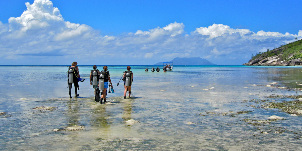 GVI participants set out for a dive in Mahe, while on a gap semester program.
