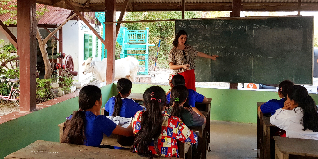 A GVI volunteer presents a class to the children.